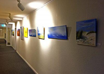 Ausstellung im Flur mit Acrylbildern modern und abstrakt