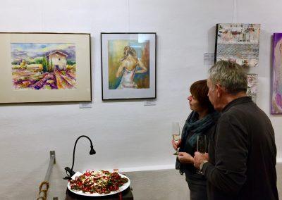 Interessierte Betrachter von ausgestellten Aquarellen