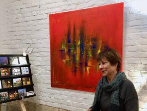 Die Kunstmalerin Gabriele Bobey vor ihrem abstrakten Acrylbild