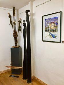Ausdrucksstarke Skulpturen aus Metall und Holz auf der Weihnachtsausstellung