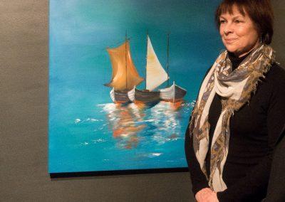 Gabriele Bobey vor ihrer maritimen Ölmalerei Ruhende Boote