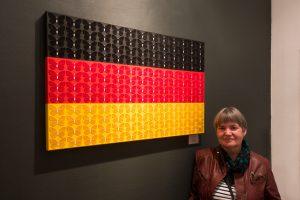 Bruni Senger vor ihrer modernen Malerei mit politischem Hintergrund
