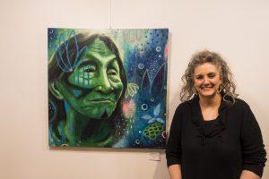 Shanti Ines Kassebom vor ihrem abstrakten Acrylbild