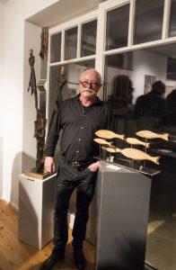 Bildhauer Uwe Kahlert vor seinen Skulpturen aus Metall und Holz