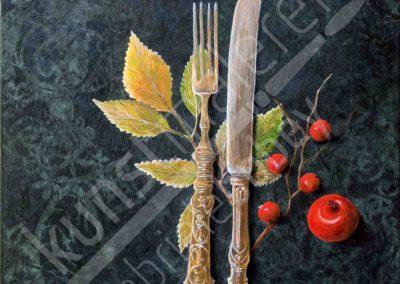Antikes Besteck mit roten Beeren auf einem dunkelgrünem Hintergrund mit Ornamenten im Jugendstil