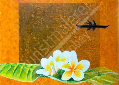 Präzise gemalte Frangipani Blüten auf orangem Hintergrund mit einem traditionellem Boot