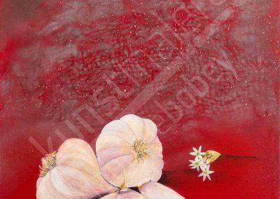 Detaillierte Knoblauchknollen auf rotem Hintergrund