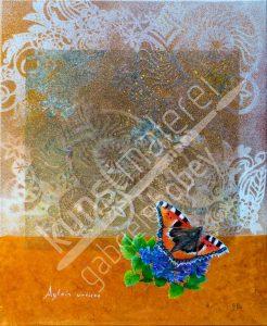 Sanfte Pastelltöne aus weiß und orange mit einem schönen Schmetterling auf einer blauen Blume
