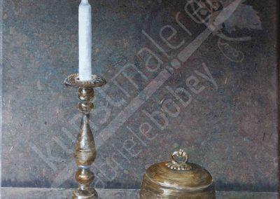 Ein Stillleben mit antikem silbernen Kerzenständer, einer silbernen Dose und einem Apfel