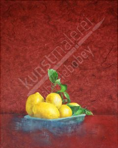 Schale mit leuchtenden Zitronen vor rotem Hintergrund