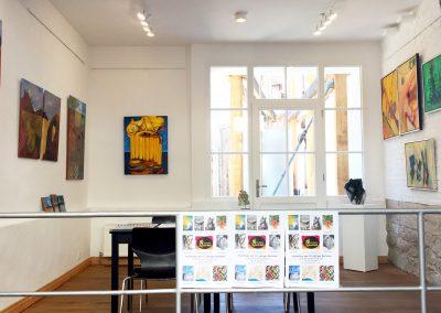 Blick in das Foyer mit vielen bunten abstrakten Acrylbildern
