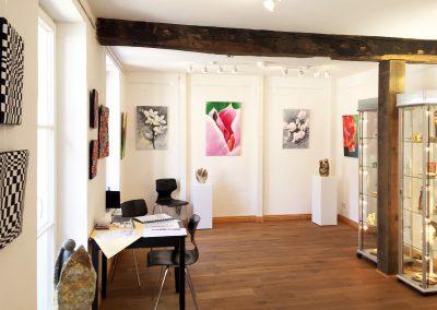 Im hinteren Bereich der Ausstellung sind Malerei und Skulpturen zu sehen