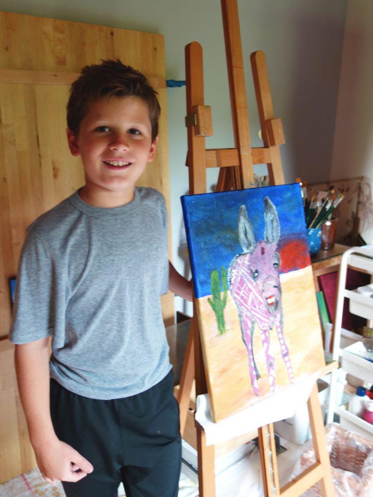 Hier steht Oskar vor seinem abstrakten Acrylbild mit Esel in Oma Gabi's Atelier